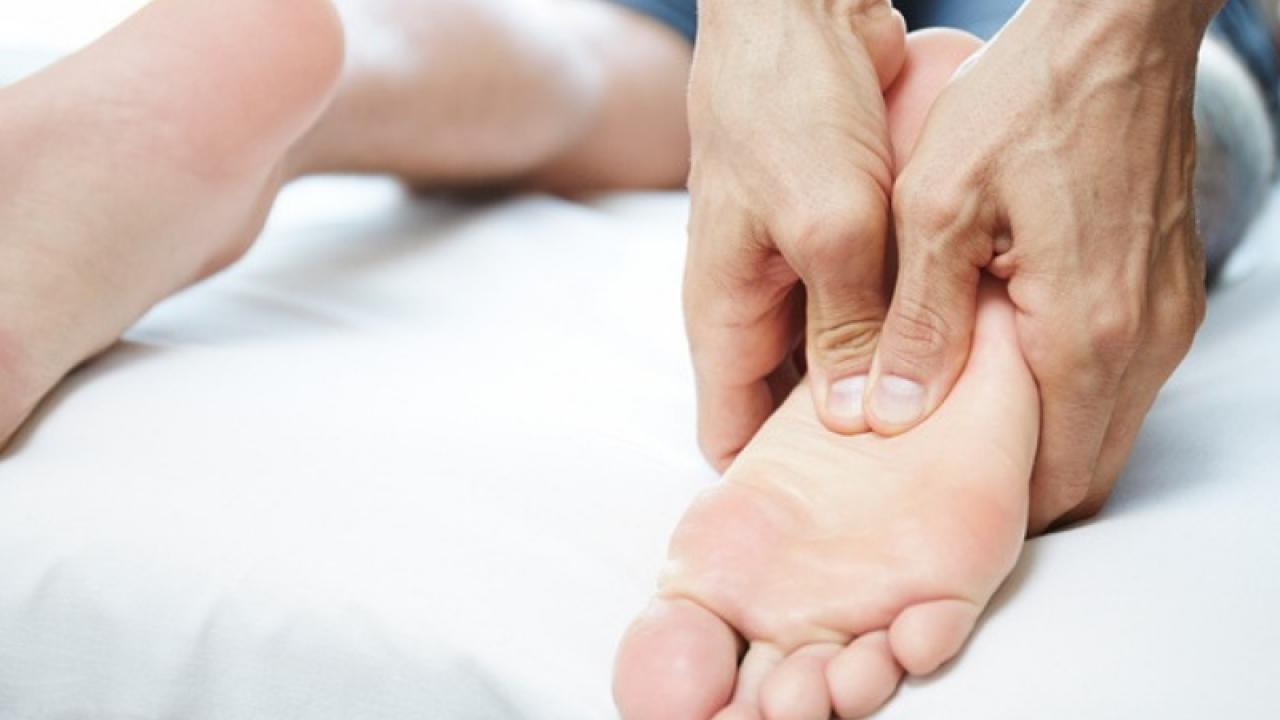 Terapie comună de masaj al articulaţiilor picioarelor)